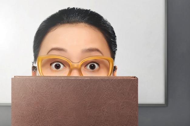 眼鏡をかけた若いアジア女性 Premium写真