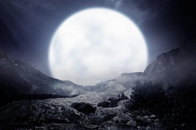 Туманная скалистая гора Premium Фотографии