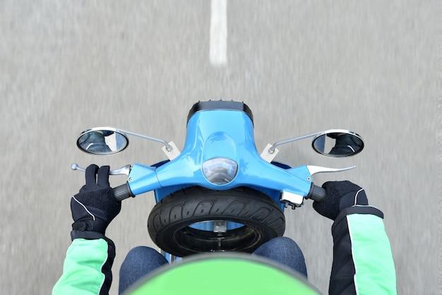 Вид сверху водителя мотоцикла такси на поездке Premium Фотографии