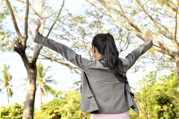 幸せそうに見えてアジアビジネス女性の後姿 Premium写真