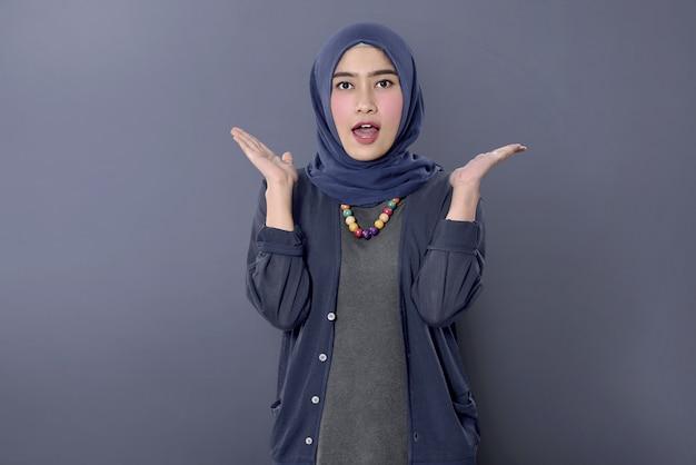 幸せな表情で陽気なアジアのイスラム教徒の女性 Premium写真