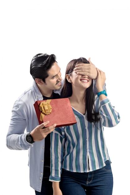 贈り物をするとバレンタインデーを祝う若いアジアカップル Premium写真