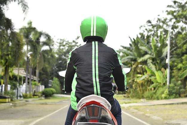 Вид сзади мотоцикла такси ищет пассажира Premium Фотографии