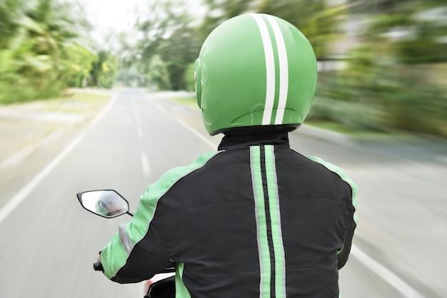 途中でオートバイタクシーの背面図 Premium写真