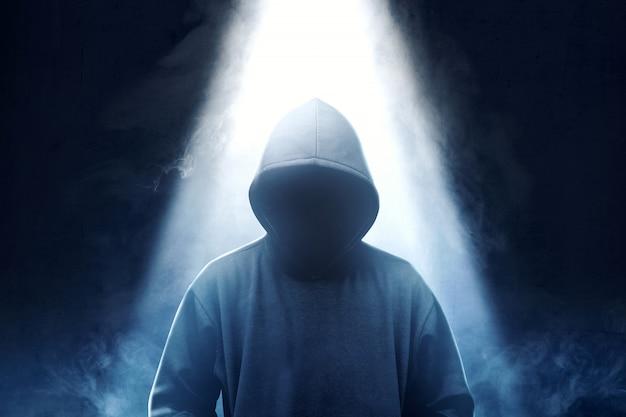 上から煙と光で黒のパーカー立ってのハッカー Premium写真