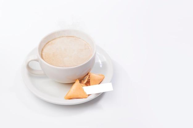 白紙の紙と一杯のコーヒーとフォーチュンクッキー Premium写真