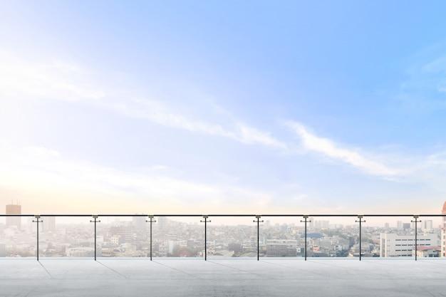 シティービューの空のモダンなテラスエリア Premium写真