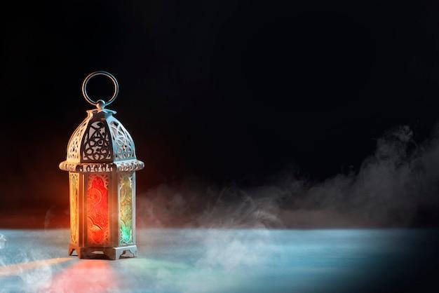 美しい光とアラビア語のランプ Premium写真