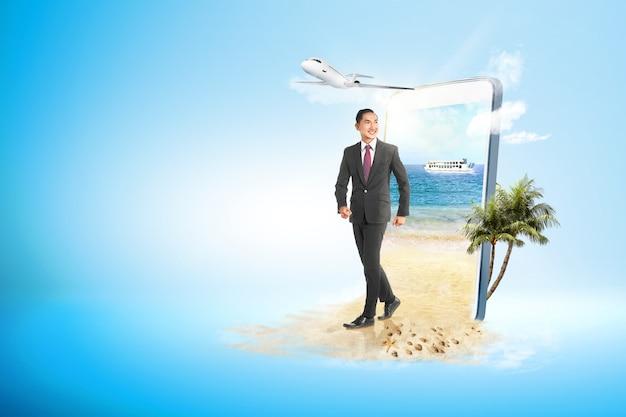 ビーチの上を歩くアジア系のビジネスマン Premium写真