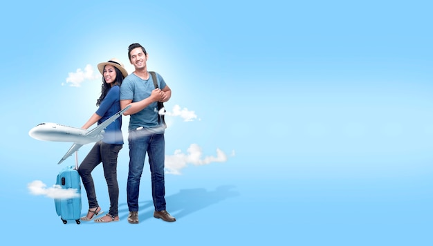 Азиатская пара с чемоданом и рюкзаком собирается путешествовать с фоном самолета Premium Фотографии