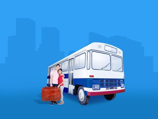 バスの横に立っているスーツケースバッグを運ぶアジアカップル Premium写真