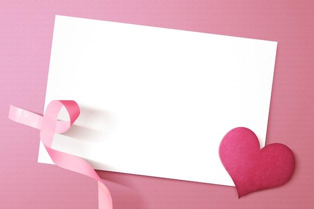 空の白い紙とピンクの心と意識リボン Premium写真
