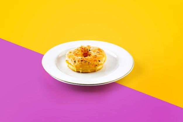 鮮やかな色のプレート上のケーキ Premium写真