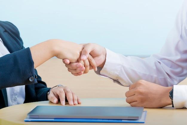 契約を交わした後、握手するビジネス人々 Premium写真