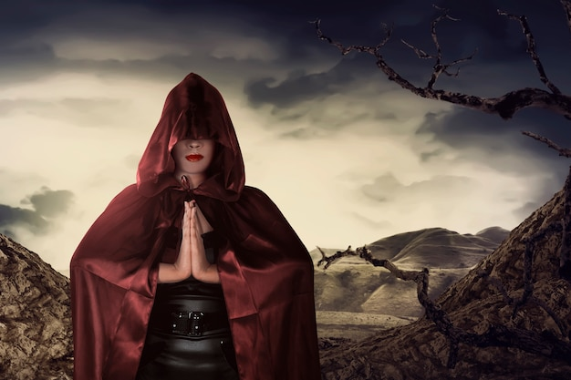 Красивая азиатская женщина ведьмы с красным плащом моля Premium Фотографии