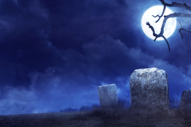 Жуткая атмосфера на кладбище ночью Premium Фотографии