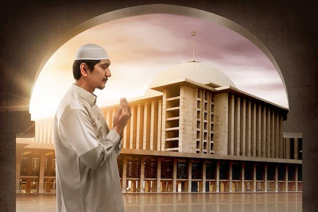 若いイスラム教徒のアジア人が神に祈る Premium写真