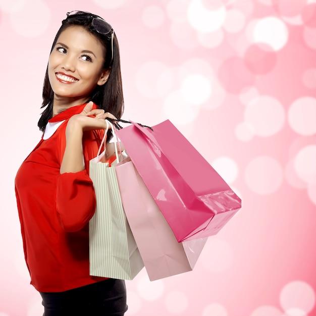 買い物袋を持つ女性 Premium写真