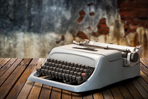 テーブルの上のヴィンテージタイプライター Premium写真