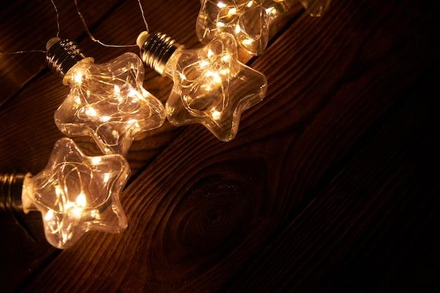 明るく輝くクリスマスの花輪 Premium写真