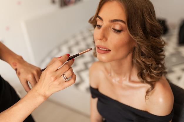 結婚式のメイクや髪型と美しい若い花嫁 Premium写真