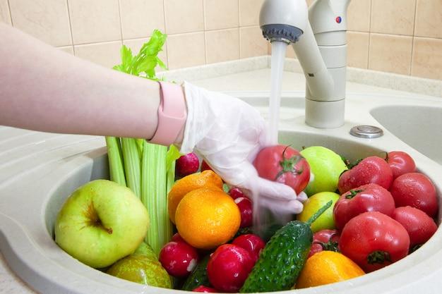 Мытье фруктов и овощей после покупки в продуктовом магазине Premium Фотографии
