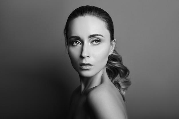 完璧を持つ女性の黒と白の肖像画 Premium写真
