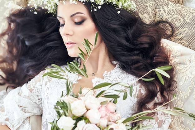彼女の頭の上の花の花輪を持つ美しい花嫁 Premium写真