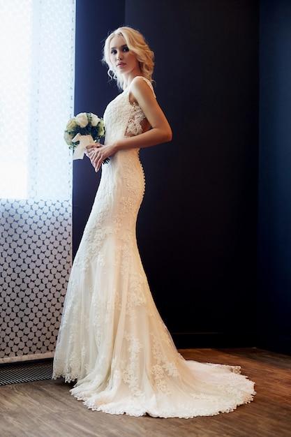 白いウェディングドレスの朝の花嫁女性 Premium写真