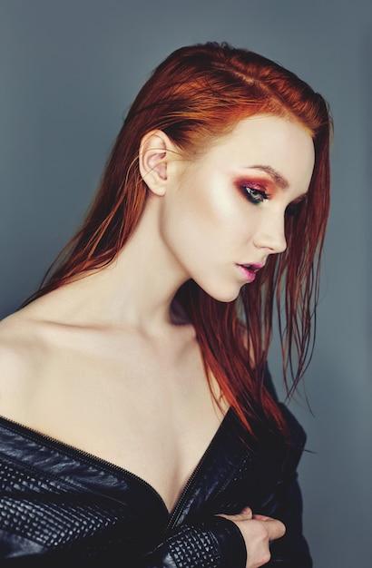 赤い髪と肖像画の女性の顔。ヘアカラー Premium写真