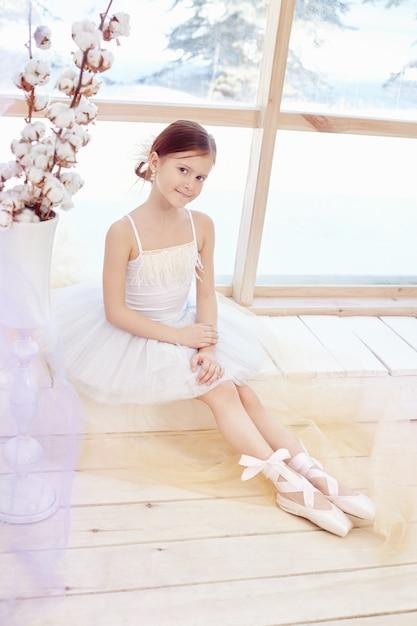 バレエのパフォーマンスを準備する若いバレリーナの女の子 Premium写真
