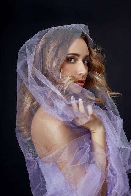 紫色の布、美しい姿に包まれた女性 Premium写真