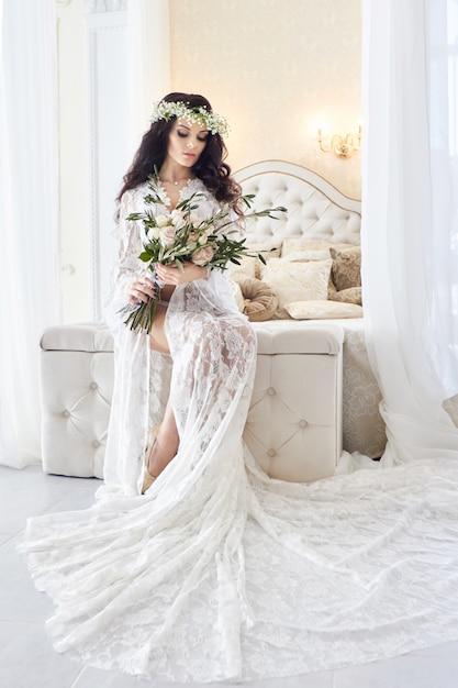 白ネグリジェ花嫁、結婚式の準備 Premium写真