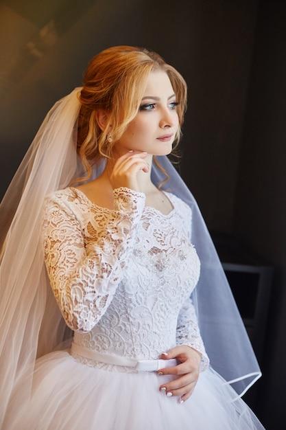 シックな白いウェディングドレスの花嫁の肖像画 Premium写真
