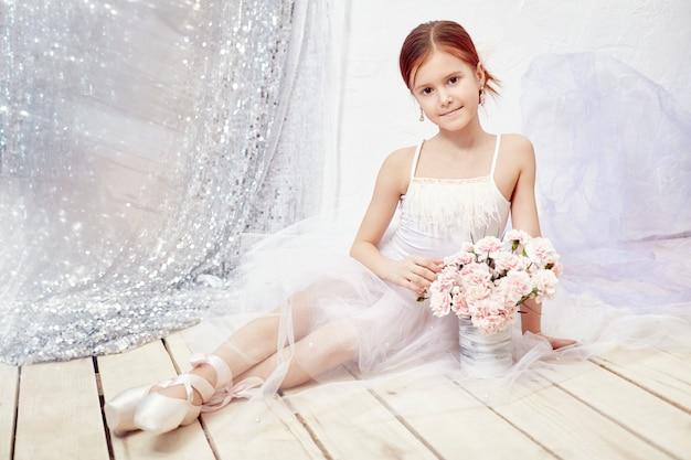 白いボールガウンと靴、美しい女の子 Premium写真