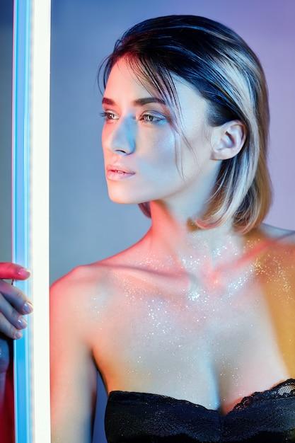 ランジェリーのネオンの光でセクシーな女性。ネオンライト Premium写真