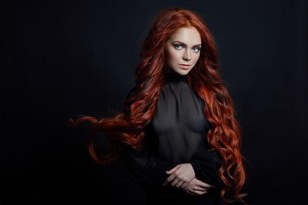 黒の長い髪と赤毛のセクシーな女性の肖像画 Premium写真