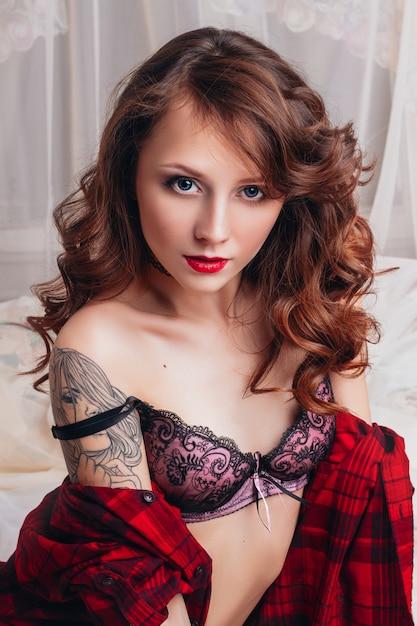 下着の魅力的な魅力的な女性の美しいセクシーな女の子 Premium写真