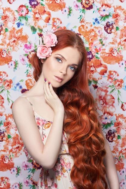 長い髪とセクシーな美しい赤毛の女の子。 Premium写真