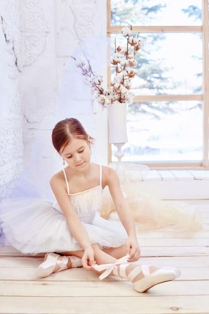 プリマバレエ。若いバレリーナ少女 Premium写真
