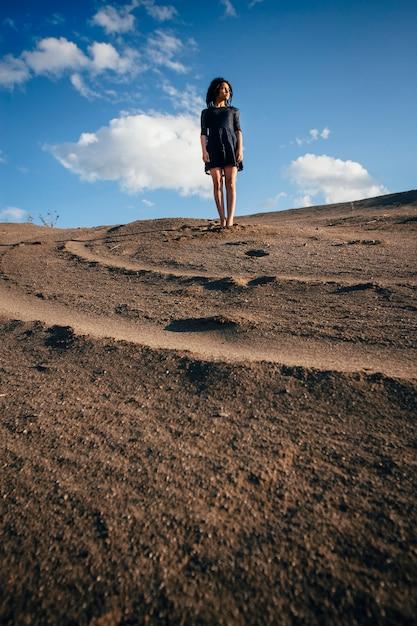 晴れた日に砂のブルネットの女性 Premium写真
