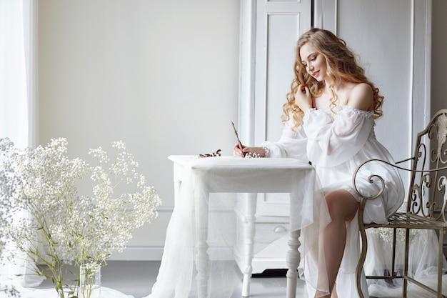 女の子は彼女の最愛の人に手紙を書く Premium写真