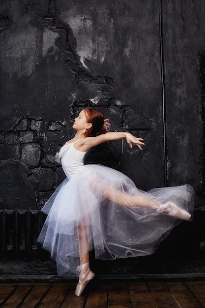 若いバレリーナ少女はバレエの準備をしています。 Premium写真