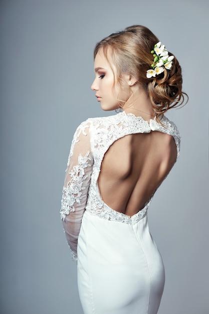 豪華な白いウェディングドレスの若い花嫁 Premium写真