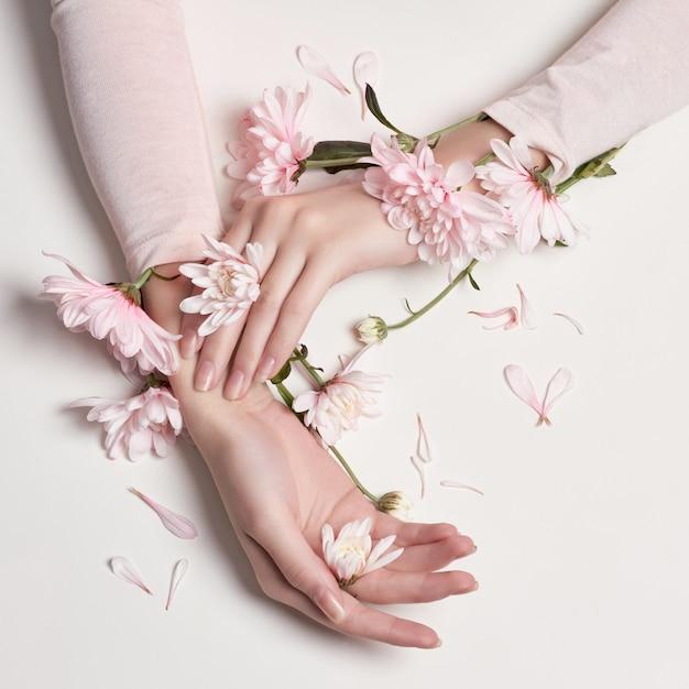 彼女の手でファッションアートの肖像画の女性の花 Premium写真