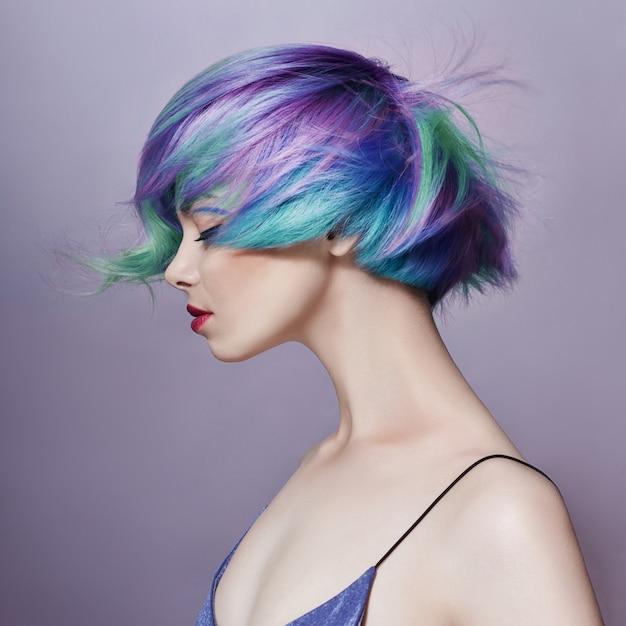 明るい色の空飛ぶ髪を持つ女性の肖像画 Premium写真