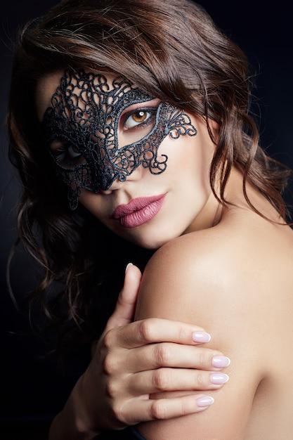 Загадочная девушка в черной маске на лице, маскарад Premium Фотографии
