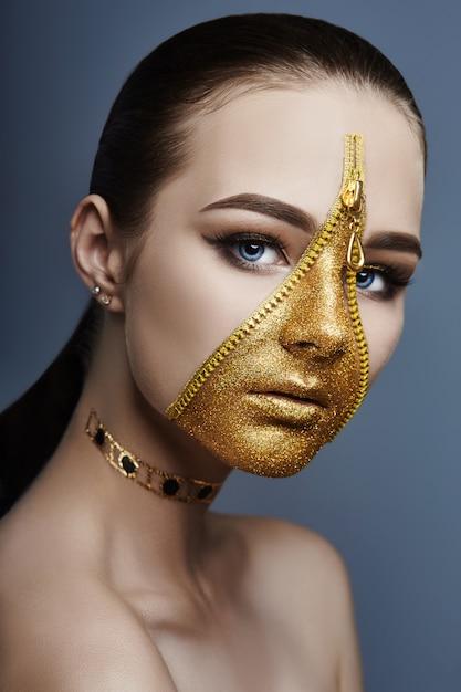 クリエイティブ厳しい化粧顔の女の子ゴールデンカラージッパー Premium写真