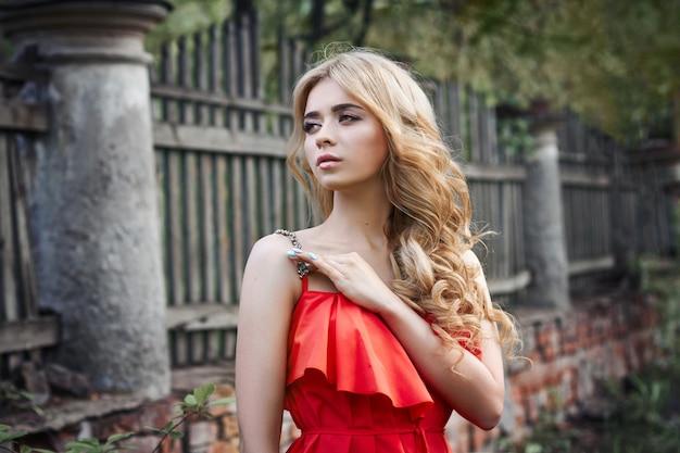 屋外ファッションの美しい若い女性の写真 Premium写真
