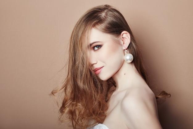 セクシーなファッションの若いブロンドの女の子の髪の宝石類 Premium写真